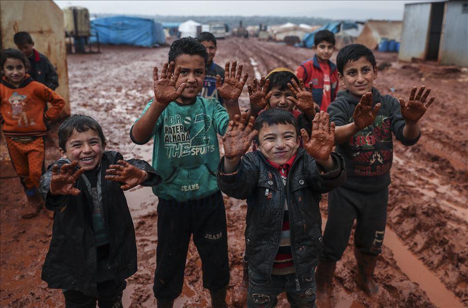 Burası İdlib : Bırakın elimizi yıkamayı, insanlar çocuklarını yıkayacak su bulamıyor
