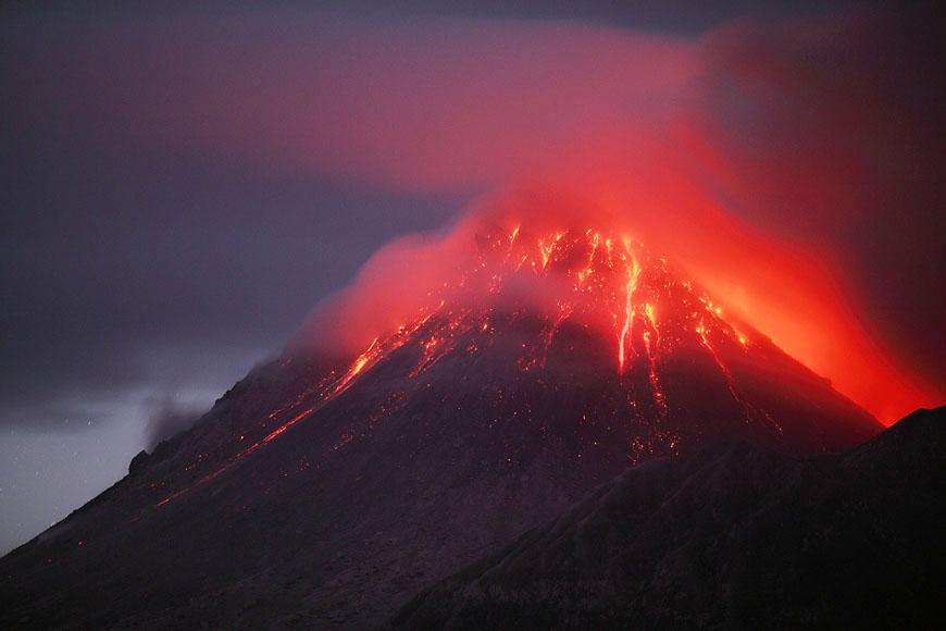 Yogyakarta kentindeki Merapi Yanardağı'nda sabah yerel saatle 05.22'de yaşanan patlama 450 saniye sürdü.